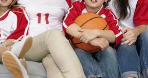 uśmiechnięta rodzina z babci dopatrywania koszykówki dopasowaniem zbiory wideo