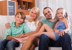 Uśmiechnięta rodzina z dwa dzieciakami Obrazy Stock