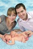 Uśmiechnięta rodzina z nowonarodzonymi bliźniaczymi dziećmi Obrazy Royalty Free