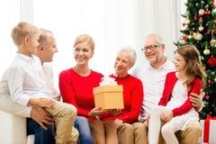 Uśmiechnięta rodzina z prezentami w domu Zdjęcia Royalty Free