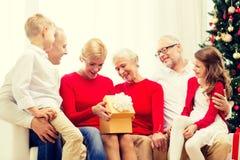 Uśmiechnięta rodzina z prezentami w domu Obraz Stock