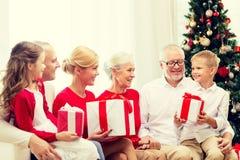 Uśmiechnięta rodzina z prezentami w domu Fotografia Royalty Free