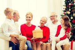 Uśmiechnięta rodzina z prezentami w domu Zdjęcia Stock