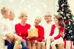 Uśmiechnięta rodzina z prezentami w domu Obraz Royalty Free