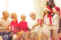 Uśmiechnięta rodzina z prezentami w domu Zdjęcie Stock