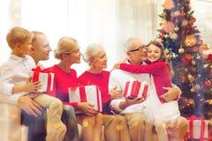 Uśmiechnięta rodzina z prezentami w domu Obrazy Royalty Free