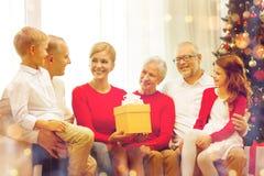 Uśmiechnięta rodzina z prezentami w domu Obrazy Stock
