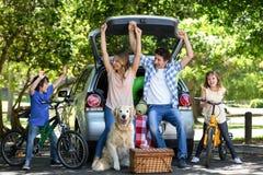 Uśmiechnięta rodzina z rękami up Zdjęcia Stock