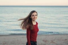 Uśmiechnięta roześmiana beztroska biała Kaukaska młoda piękna kobieta z upaćkany długie włosy na wietrznym dniu plenerowym przy z Obrazy Royalty Free