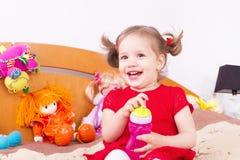 Uśmiechnięta rozochocona mała dziewczynka Obrazy Royalty Free