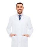 Uśmiechnięta samiec lekarka w białym żakiecie Obrazy Stock