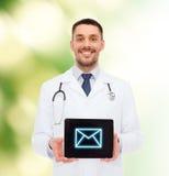 Uśmiechnięta samiec lekarka z pastylka komputerem osobistym Zdjęcie Royalty Free