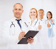 Uśmiechnięta samiec lekarka z schowkiem i stetoskopem Zdjęcia Stock
