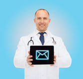 Uśmiechnięta samiec lekarka z stetoskopu i pastylki komputerem osobistym Obrazy Royalty Free