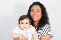Uśmiechnięta samotna matka z dziecko dzieciaka dzieckiem mieszał rasy z amerykanin matką Zdjęcie Royalty Free