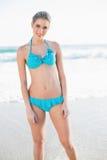 Uśmiechnięta seksowna blondynka w bikini pozować Fotografia Royalty Free