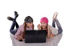 Uśmiechnięta siostra z pastylka komputeru osobistego komputerem Obrazy Stock