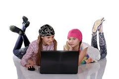 Uśmiechnięta siostra z pastylka komputeru osobistego komputerem Zdjęcia Royalty Free