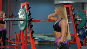 Uśmiechnięta sporty kobieta opowiada na telefonie w gym Obrazy Royalty Free
