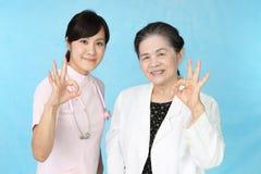 Uśmiechnięta stara kobieta i pielęgniarka zdjęcie royalty free