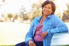 Uśmiechnięta Starsza Kobieta plenerowy Portret zdjęcie royalty free