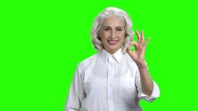 U?miechni?ta starsza kobieta pokazuje ok znaka zdjęcie wideo