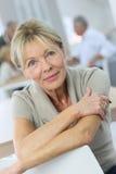 Uśmiechnięta starsza kobieta wśród inny w plecy Fotografia Stock