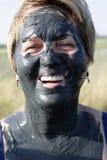 Uśmiechnięta starsza kobieta z borowinową twarzą obraz stock