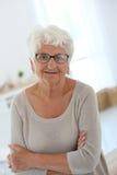 Uśmiechnięta starsza kobieta z modnymi eyeglasses fotografia royalty free