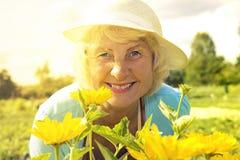 Uśmiechnięta starsza ogrodniczki kobieta zdjęcia stock