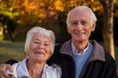 Uśmiechnięta starsza para przy parkiem Zdjęcia Royalty Free