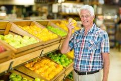 Uśmiechnięta starszego mężczyzna mienia pomarańcze Obraz Stock