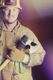 Uśmiechnięta strażaka mienia cioska zdjęcia stock
