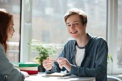 Uśmiechnięta studencka przyglądająca kamera Zdjęcia Royalty Free