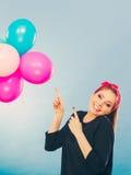 Uśmiechnięta szalona dziewczyna ma zabawę z balonami Zdjęcie Royalty Free