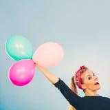 Uśmiechnięta szalona dziewczyna ma zabawę z balonami Obraz Royalty Free