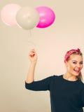 Uśmiechnięta szalona dziewczyna ma zabawę z balonami Zdjęcia Stock