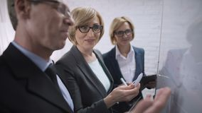 Uśmiechnięta szczęśliwa biznesowa kobieta dyskutuje z partnerów planami, zatwierdza transakcję zbiory