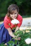Uśmiechnięta szczęśliwa caucasian dorosła kobieta relaksuje w jej ogródzie z kwitnieniem kwitnie zdjęcia royalty free