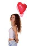 Uśmiechnięta szczęśliwa kobieta bawić się czerwoną piłkę Zdjęcia Royalty Free