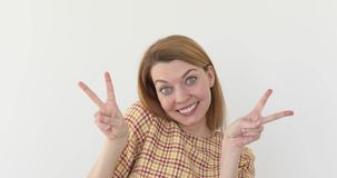 Uśmiechnięta szczęśliwa kobieta pokazuje zwycięstwo znaka zbiory