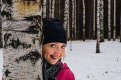 Uśmiechnięta szczęśliwa kobieta w parku zdjęcia royalty free