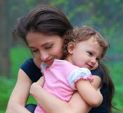 Uśmiechnięta szczęśliwa matka i śliczny dzieciak zdjęcie royalty free
