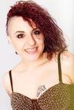 Uśmiechnięta szczęśliwa punkowa dziewczyna Chłodno fryzura zdjęcie royalty free
