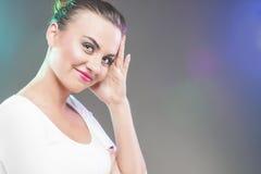 Uśmiechnięta Szczęśliwa uśmiechnięta Kaukaska brunetki kobiety macania głowa Ov zdjęcie stock
