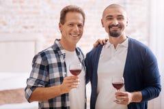 Uśmiechnięta tradycyjna para pije wino w domu Obraz Royalty Free