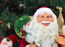 Uśmiechnięta twarz nowego roku ` s Święty Mikołaj, snowing zdjęcie stock