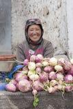 Uśmiechnięta Tybetańska kobieta sprzedaje warzywa przy rynkiem w Leh, Ladakh indu Obrazy Royalty Free
