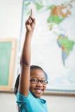 Uśmiechnięta ucznia dźwigania ręka w sala lekcyjnej Fotografia Stock