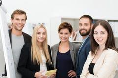 Uśmiechnięta ufna grupa ludzie biznesu Obrazy Stock